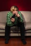 Junger Mann, der Videospiele spielt Lizenzfreie Stockbilder