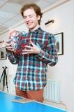 Junger Mann, der volumetrische vorbildliche Of Geometric Solid hält Lizenzfreie Stockfotos