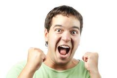 Junger Mann, der vom Sieg getrennt auf Weiß schreit Lizenzfreies Stockfoto