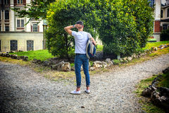 Junger Mann, der Wahl zwischen zwei unterschiedlich gegenüberstellt Stockfotografie