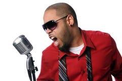 Junger Mann, der in Weinlese-Mikrofon singt Lizenzfreie Stockbilder