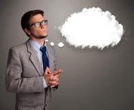 Junger Mann, der an Wolkenrede oder Gedankenblase mit Spindel denkt Stockfotos