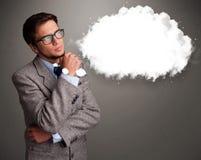 Junger Mann, der an Wolkenrede oder Gedankenblase mit Spindel denkt Lizenzfreies Stockfoto