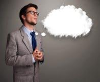 Junger Mann, der an Wolkenrede oder Gedankenblase mit Spindel denkt Lizenzfreie Stockfotografie