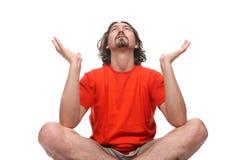 Junger Mann, der Yogaübung tut Stockfotos