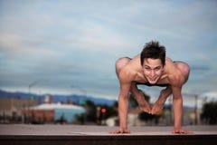 Junger Mann, der Yoga tut Lizenzfreies Stockbild