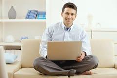 Junger Mann, der zu Hause arbeitet Lizenzfreie Stockbilder