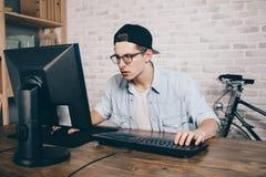 Junger Mann, der zu Hause Spiel spielt und playthrough oder Durchlaufvideo strömt Lizenzfreies Stockfoto