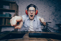 Junger Mann, der zu Hause Spiel spielt und playthrough oder Weg strömt Lizenzfreie Stockbilder