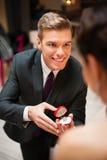 Junger Mann, der zu seiner hübschen Freundin vorschlägt Lizenzfreie Stockfotografie