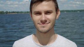 Junger Mann, der zur Kamera lächelt stock video
