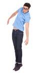 Junger Mann, der zusammen mit Füßen springt Stockfotografie