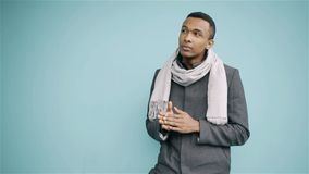 Junger Mann des Afroamerikaners im Mantel und in Schal, die nah oben warten stock video