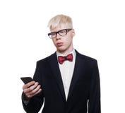 Junger Mann des Albinos in der Klage mit dem Mobile lokalisiert Lizenzfreie Stockfotos