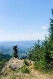Junger Mann des Bergsteigens Lizenzfreies Stockbild