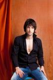 Junger Mann des britischen indie Knallfelsenblickes auf Orange Stockbild