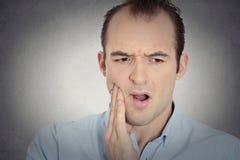 Junger Mann des Headshot mit empfindlichem Zahnschmerz-Kronenproblem Lizenzfreie Stockfotos
