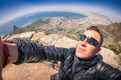 Junger Mann des Hippies, der bei Tisch selfie Berg in Cape Town nimmt Stockbilder