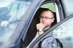 Junger Mann des jungen attraktiven Mannes im Auto Lizenzfreie Stockbilder