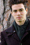 Junger Mann des Porträts mit Mantel Lizenzfreies Stockfoto