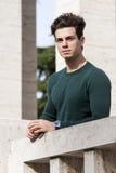 Junger Mann des stilvollen Haares draußen auf der Leiste, fester Knit Lizenzfreies Stockfoto
