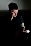 Junger Mann drückte über seinen Meinungsverschiedenheitendruck nieder Lizenzfreie Stockfotos