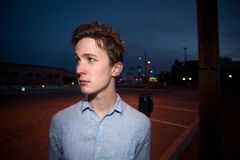 Junger Mann draußen nachts Lizenzfreies Stockfoto