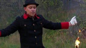 Junger Mann dreht zwei Metallfans mit Flamme um in Slo-MO Es ist magisch stock footage