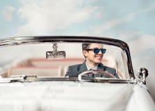 Junger Mann in einem Auto Stockfoto