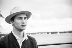 Junger Mann in einem Hut stockbilder