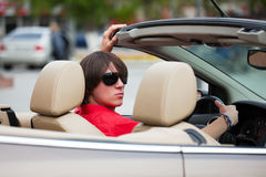Junger Mann in einem Kabriolett. Stockfotografie