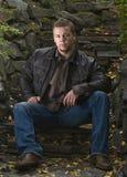 Junger Mann in einem Park stockfotos