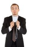 Junger Mann in einem schwarzen Anzug und Abzeichen in hallo Stockfotografie