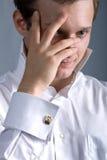 Junger Mann in einem weißen Hemd Stockfotos
