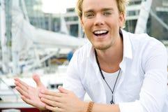 Junger Mann an einem yachtclub Stockbild
