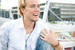 Junger Mann an einem yachtclub Stockfotos