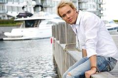 Junger Mann an einem yachtclub Lizenzfreies Stockbild