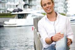 Junger Mann an einem yachtclub Lizenzfreie Stockfotografie