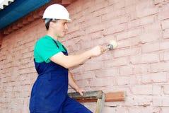 Junger Mann in einer Erbaueruniform. stockfoto