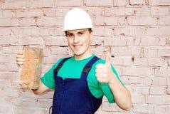Junger Mann in einer Erbaueruniform. Lizenzfreies Stockfoto