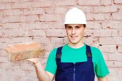 Junger Mann in einer Erbaueruniform. stockbild