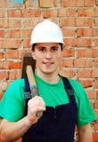 Junger Mann in einer Erbaueruniform. stockfotografie