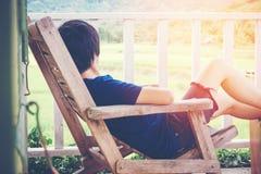 Junger Mann entspannen sich auf Bett und dem Genießen am Tag Stockfoto