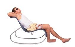 Junger Mann entspannt sich im Aufenthaltsraum lizenzfreies stockbild