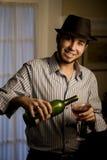 Junger Mann in Fedora mit Rotwein stockfotografie