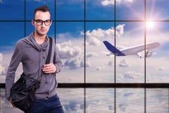 Junger Mann am Flughafen lizenzfreies stockbild