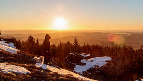 Junger Mann gegen den Winter Sun stockbilder