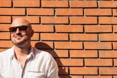 Junger Mann gegen eine Backsteinmauer Lizenzfreies Stockfoto