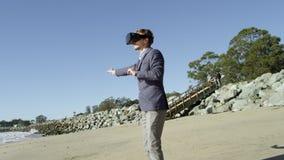 Junger Mann geht auf den pazifischen Strand stock video footage