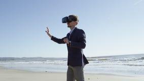 Junger Mann geht auf den pazifischen Strand stock footage